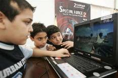 <p>Bambini giocano al computer, in un'immagine d'archivio. REUTERS/Mohamed Azakir (Libano)</p>