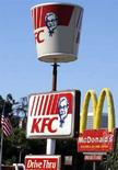 <p>Insegne Kfc e McDonald a Los Angeles. REUTERS/Lucy Nicholson (Usa)</p>