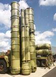 <p>Комплекс противовоздушной обороны С-300 на международном авиакосмическом салоне МАКС в Жуковском, 18 августа 1999 года. Иран должен к концу 2008 года получить системы противовоздушной обороны С-300 российского производства, что позволит Тегерану отразить любой превентивный удар по своим атомным объектам, сообщают источники в министерстве обороны Израиля. (REUTERS/Viktor Korotayev)</p>