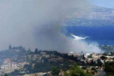 <p>Un canadair al lavoro per spegnere un incendio nel viallggio di Markopoulo vicino ad Atene nel giugno scorso. REUTERS/Yiorgos Karahalis</p>