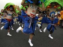 <p>Alcuni dei partecipanti al Festival dell'ombelico di Shibukawa, a nord-ovest di Tokyo. REUTERS/Yuriko Nakao</p>
