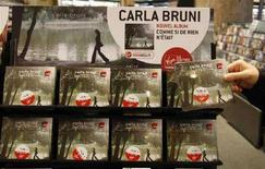 <p>L'ultimo album di Carla Bruni-Sarkozy in uno store di Parigi. REUTERS/Eric Gaillard (FRANCE)</p>