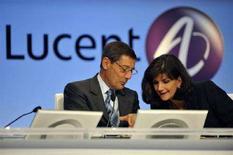 <p>L'AD di Alcatel Lucent Patricia Russo (a destra) e il presidente Serge Tchuruk. REUTERS/Philippe Wojazer (Francia)</p>