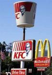 <p>Due cartelli di catene di fast food a Los Angeles in una foto d'archivio. REUTERS/Lucy Nicholson (UNITED STATES)</p>