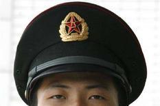 <p>Un soldato cinese di guardia ad una caserma militare di Pechino. REUTERS/Claro Cortes IV (CHINA)</p>