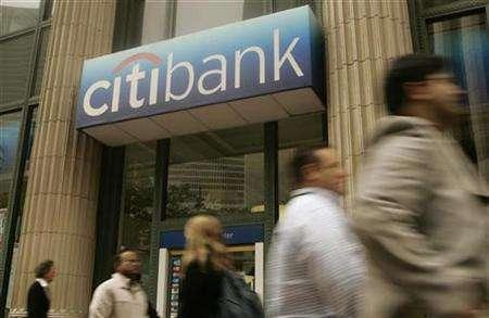 Pedestrians walk past a Citibank branch in San Francisco, California June 23, 2008. REUTERS/Robert Galbraith