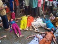 <p>Люди окружают тела погибших в давке в храме в штате Химачал-Прадеш 3 августа 2008 года. Как минимум 123 человека погибли, многие получили ранения в давке в одном из храмов на севере Индии, сообщила полиция. (REUTERS/Stringer)</p>