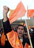 <p>Сторонники азербайджанской оппозиции митингуют в центре Баку , 13 ноября 2005 года. Лидеры ведущих оппозиционных партий Азербайджана в знак протеста против прессинга властей отказались от участия в президентских выборах, что может поставить под сомнение легитимность переизбрания Ильгама Алиева на второй срок. (REUTERS/David Mdzinarishvili)</p>