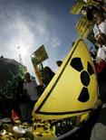 """<p>Знак """"радиоактивной опасности"""" на демонстрации в Берне 8 сентября 2007 года. Иран продолжит работы по обогащению урана, заявил представитель Исламской Республики Саид Джалили в ходе телефонных переговоров с комиссаром Евросоюза по внешней политике Хавьером Соланой. (REUTERS/Pascal Lauener)</p>"""