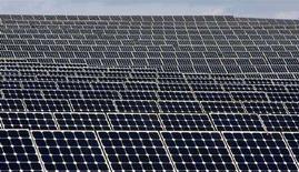 <p>Una batterie di celle solari a Serpa, nel sud del Portogallo. REUTERS/Jose Manuel Ribeiro</p>