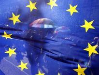<p>Флаг Евросоюза на гей-параде в Будапеште 5 июля 2008 года. Во вторник представители Евросоюза объявят о запуске системы радиооповещения для автомобилистов, предназначенной для борьбы с пробками и авариями на дорогах. (REUTERS/Karoly Arvai)</p>
