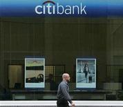 <p>A man walks past the Citibank building in San Francisco, California April 30, 2008. REUTERS/Robert Galbraith</p>