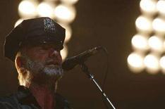 <p>Sting con cappello della polizia di New York ieri sera al Madison Square Garden per il concerto d'addio dei Police. REUTERS/Brendan McDermid</p>