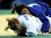 <p>Giulia Quintavalle atterra la tedesca Yvonne Boeniwsch durante l'incontro di oggi. REUTERS/Dylan Martinez (CHINA)</p>