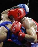 <p>L'italiano Domenico Valentino (divisa rossa) durante un incontro di boxe con Tahar Tamsamani del Marocco Pechino 2008. REUTERS/Lee Jae-Won (CHINA)</p>