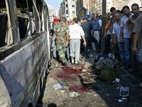 <p>Жители Триполи исследуют автобус, пострадавший от взрыва бомбы 13 августа 2008 года. Как минимум 9 человек погибли, в том числе 7 военнослужащих, в результате взрыва бомбы в автобусе в Триполи на севере Ливана, сообщили представители правоохранительных служб. (REUTERS/Omar Ibrahim)</p>
