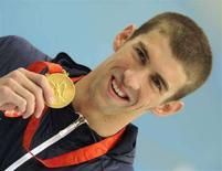 <p>Американский пловец Майкл Фелпс с очередной золотой медалью в Пекине 13 августа 2008 года. Американский пловец Майкл Фелпс завоевал золотую медаль в заплыве на дистанцию 200 метров баттерфляем. (REUTERS/Wolfgang Rattay)</p>