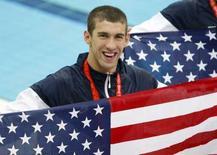 <p>Michael Phelps con la bandiera americana dopo l'oro nella staffetta 4x200m. REUTERS/Jerry Lampen (CHINA)</p>