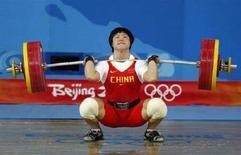 <p>Китаянка Лю Чуньхун поднимает штангу весом 158 килограммов в Пекине 13 августа 2008 года. Китайская спортсменка Лю Чуньхун завоевала золотую медаль в тяжелой атлетике в весе до 69 килограммов. (REUTERS/Yves Herman)</p>