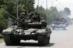 <p>TРоссийские танки на дороге, ведущей в грузинский город Зугдиди 13 августа 2008 года. Российская армия потеряла за время войны в Грузии 74 человека погибшими и 171 ранеными, а 19 военнослужащих на сегодняшний день числятся пропавшими без вести, сообщил Генштаб. (REUTERS/Umit Bektas)</p>