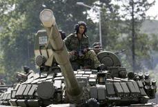 <p>Российские солдаты на броне танка, движущегося по дороге к грузинскому городу Зугдиди 13 августа 2008 года. Российская бронетехника подошла к городу Зугдиди на западе Грузии и расположились примерно в двух километрах от центра города, сообщил корреспондент Рейтер с места событий. (REUTERS/Umit Bektas)</p>
