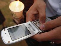 <p>Un ragazzo usa il cellulare. REUTERS/Lee Jae-Won (SOUTH KOREA)</p>