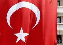 <p>Флаг Турции в Стамбуле 10 июля 2008 года. Армения отменила визы для граждан Турции на неделю до 6 сентября, когда в Ереване состоится отборочный матч чемпионата мира по футболу 2010 года между сборными двух стран, не имеющих дипломатических отношений. (REUTERS/Fatih Saribas)</p>