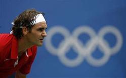 <p>Швейцарский теннисист Роджер Федерер в матче против Дмитрия Турсунова в Пекине 11 августа 2008 года. Швейцарский теннисист Роджер Федерер выбыл из участия в олимпийском теннисном турнире. (REUTERS/Zainal Abd Halim)</p>
