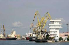 <p>Корабли в порту грузинского города Поти 13 августа 2008 года. Задача США состоит не в защите грузинских портов, а в обеспечении страны гуманитарной помощью, сообщила представитель Белого дома Дана Перино в четверг. (REUTERS/Umit Bektas)</p>