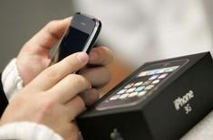 <p>Une puce d'Infineon pourrait se trouver à l'origine des problèmes de coupures d'appel et de connexion internet auxquels ont été confrontés des utilisateurs du nouvel iPhone 3G d'Apple à travers le monde, suggère une étude de Nomura. /Photo prise le 11 juillet 2008/REUTERS/Daniel Aguilar</p>