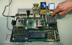 <p>Un prototipo di un telefonino con il software Android di Google. REUTERS/Albert Gea</p>