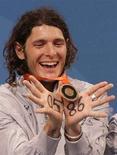 <p>Lo schermidore livornese Aldo Montano con la medaglia di bronzo a Pechino. REUTERS/Alessandro Bianchi</p>