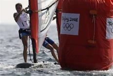 <p>Alessandra Sensini durante la gara del 12 agosto 2008 di windsurf femminile, classe Rs:X, alle Olimpiadi di Pechino. REUTERS/Peter Andrews (Cina)</p>