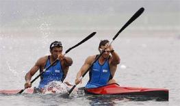 <p>Andrea Facchin e Antonio Scaduto durante gli allenamenti per la specialità Kayak doppio maschile K2 500 al Shunyi Olympic Rowing-Canoeing Park, in vista dei Giochi di Pechino 2008, il 7 agosto 2008. REUTERS/Darren Whiteside (Cina)</p>