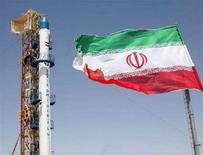 <p>Il razzo Safir (ambasciatore) che ha trasportato il satellite Omid (speranza), in un'immagine scattata prima del lancio, nel centro spaziale dell'Iran, il 17 agosto 2008. REUTERS/FARS NEWS (Iran)</p>