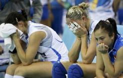<p>Le azzurre della pallavolo dopo la sconfitta contro gli Stati Uniti a Pechino REUTERS/Alexander Demianchuk</p>