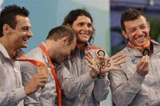 <p>(S-D) Diego Occhiuzzi, Giampiero Pastore, Aldo Montano e Luigi Tarantino con le medaglie d'oro vinte nella sciabola a squadre alle Olimpiadi di Pechino. REUTERS/Alessandro Bianchi</p>