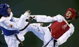 <p>Veronica Calabrese (d) nella gara di taekwondo contro la colombiana Doris Patino alle Olimpiadi di Pechino. REUTERS/Alessandro Bianchi</p>