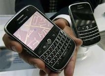 """<p>Il nuovo BalckBerry """"Bold"""" di Research in Motion (Rim) presentato a Waterloo, Ontario, il 15 luglio 2008. REUTERS/Mike Cassese (Canada)</p>"""