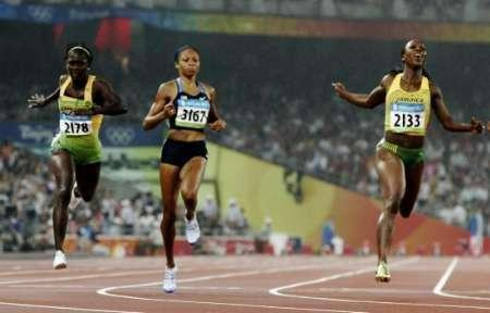 Veronica Campbell-Brown (R) of Jamaica crosses the finish line first to win the women's 200m final of the athletics competition in the National Stadium at the Beijing 2008 Olympic Games August 21, 2008. Allyson Felix (C) of the U.S. finished second and Kerron Stewart (L) of Jamaica third. REUTERS/Gary Hershorn (CHINA)