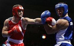 <p>Roberto Cammarelle (a sinistra) contro il croato Marko Tomasovic REUTERS/Lee Jae-Won</p>