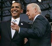 <p>Кандидат в президенты США от Демократической партии Барак Обама (слева) и сенатор Джо Байден на форуме в Чикаго 7 августа 2008 года. Обама заявил в субботу, что Байден будет его напарником на предстоящих выборах и кандидатом в вице-президенты. REUTERS/John Gress</p>