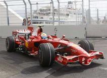 <p>La Ferrari di Felipe Massa alle prove a Valencia per il Gran Premio d'Europa di domani. REUTERS/Albert Gea</p>