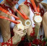 <p>Российская сборная по художественной гимнастике демонстрирует завоеванные в Пекине золотые медали 24 августа 2008 года. REUTERS/Yves Herman</p>