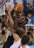 <p>Американский баскетболист Леброн Джеймс пытается забросить мяч в корзину сборной Испании в финале олимпийского турнира в Пекине 24 августа 2008 года. Мужская сборная США по баскетболу завоевала золотые медали пекинской Олимпиады. REUTERS/Jason Reed</p>