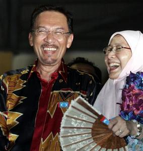 Malaysia's leading opposition figure Anwar Ibrahim and wife Wan Azizah Wan Ismail share a light moment after winning a by-election in Permatang Pauh, 370 km (230 miles) north of Kuala Lumpur, August 26, 2008. REUTERS/Bazuki Muhammad