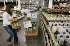 <p>Usa, indice fiducia consumatori agosto sale a 56,9,max da maggio. REUTERS/Molly Riley</p>