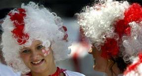 <p>Tifose inglesi prima dell'incontro Inghilterra-Paraguay ai mondiali di calcio Germania 2006. REUTERS/Dominic Ebenbichler</p>