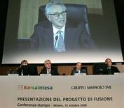 <p>Immagine scattata nel giorno della presentazione del progetto di fusione tra Banca Intesa e il Gruppo SanPaolo Imi, nell'ottobre del 2006, a Milano. REUTERS/Alessandro Garofalo</p>