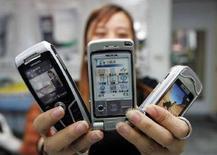 <p>Cellulari in una presentazione alla stampa. Foto d'archivio. REUTERS PICTURE</p>